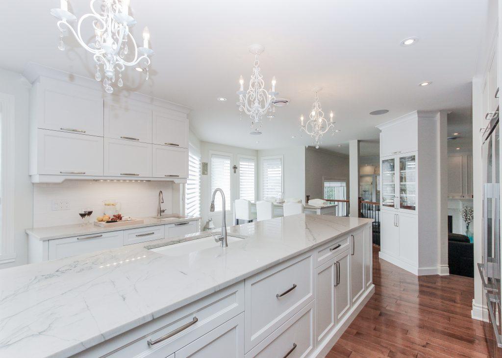 classic, elegant kitchen, glas cabinets, marble counters, marble backsplash, glass pendants (1)
