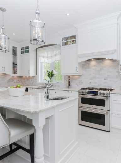classic, elegant kitchen, glas cabinets, marble counters, marble backsplash, glass pendants